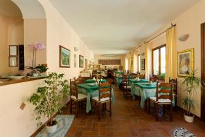 A restaurant or other place to eat at Hotel Moderno