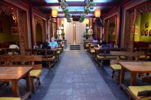 A restaurant or other place to eat at Xi'an Xiangzimen Youth Hostel