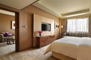 A bed or beds in a room at Crowne Plaza Kunming City Centre