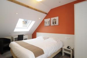Ein Bett oder Betten in einem Zimmer der Unterkunft Hotel Sabot D'Or