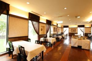 A restaurant or other place to eat at Hotel Edel Warme