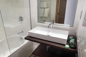 Een badkamer bij Beach Hotel - Auberge des Rois