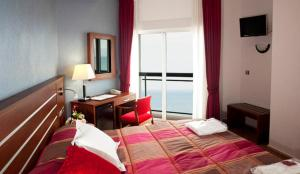 A bed or beds in a room at La Familia Gallo Rojo