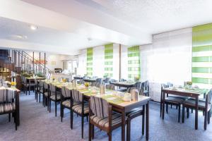 Ein Restaurant oder anderes Speiselokal in der Unterkunft Hotel Luisenhof