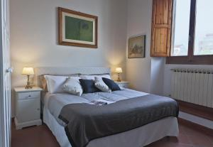 A bed or beds in a room at Apartments Florence- Palazzo Pitti