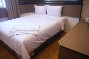 Кровать или кровати в номере Gandhi Inn