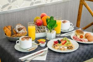 Breakfast options available to guests at Hotel Santa Costanza