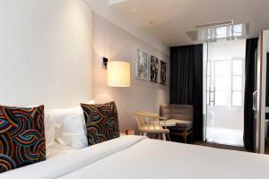 A bed or beds in a room at Hotel Le Placide Saint-Germain Des Prés