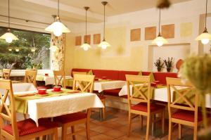 Ein Restaurant oder anderes Speiselokal in der Unterkunft Apart-Hotel Pension Roßmayer
