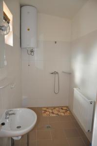 A bathroom at Piknik Park Szabadidő Központ