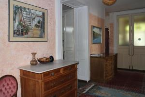 A television and/or entertainment center at Les Airelles Bed and Breakfast