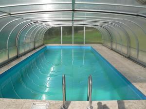 Der Swimmingpool an oder in der Nähe von Gasthof - Pension zur Post