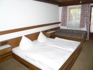 Ein Bett oder Betten in einem Zimmer der Unterkunft Gasthof - Pension zur Post