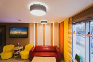 A seating area at Mini Hotel Rooms & Breakfast