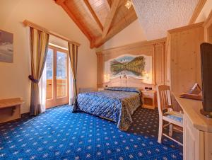 A bed or beds in a room at Hotel Madonna delle Nevi