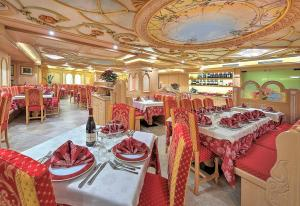 A restaurant or other place to eat at Hotel Madonna delle Nevi