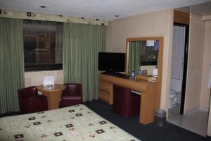 Una televisión o centro de entretenimiento en Hotel San Lorenzo