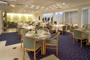 A restaurant or other place to eat at Finlandia Hotel