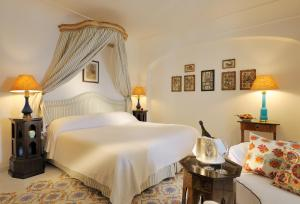 A bed or beds in a room at Le Sirenuse