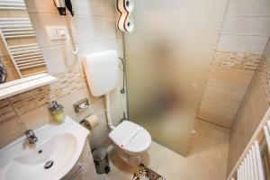 A bathroom at Apartments Lavanda & Cappuccino