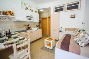 A kitchen or kitchenette at Apartments Lavanda & Cappuccino