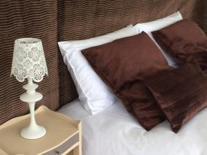 A bed or beds in a room at Le Landemer