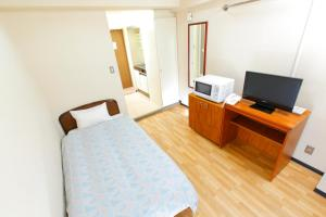 A television and/or entertainment centre at FLEXSTAY INN Tamagawa