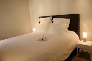 A bed or beds in a room at Le Porche de Sarlat