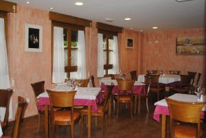 A restaurant or other place to eat at Hotel Rural La Corte de los Pinares