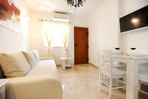 A seating area at Apartment Primera