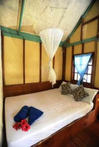 A bed or beds in a room at Smile Bungalow Bottle Beach