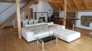 Ein Sitzbereich in der Unterkunft Gasthof Rossatz 8