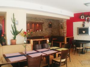 Ein Restaurant oder anderes Speiselokal in der Unterkunft Gasthof Rossatz 8