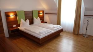 Ein Bett oder Betten in einem Zimmer der Unterkunft Gasthof Rossatz 8