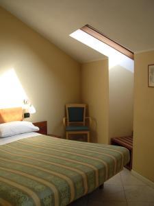 Ein Bett oder Betten in einem Zimmer der Unterkunft Cerruti Hotel