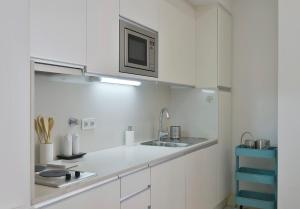 A kitchen or kitchenette at Feels Like Home Studio Santa Catarina
