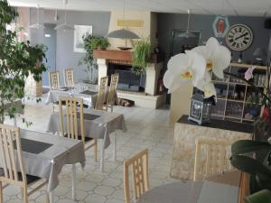 A restaurant or other place to eat at Auberge des Charmilles