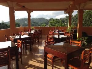 A restaurant or other place to eat at Kandy View Hotel