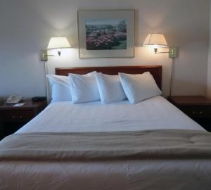 A bed or beds in a room at Powell River Town Centre Hotel