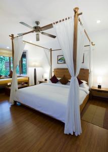 Кровать или кровати в номере Kuramathi Maldives