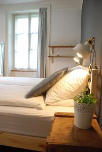 Een bed of bedden in een kamer bij The Bed + Breakfast
