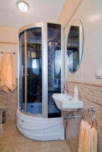 A bathroom at Maximum Motel
