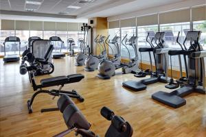 The fitness centre and/or fitness facilities at Mövenpick Hotel Jumeirah Lakes Towers Dubai
