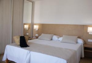 A bed or beds in a room at Apartamentos El Moro