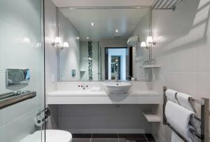 A bathroom at Rendezvous Hotel Christchurch