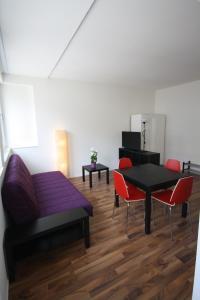 Ein Sitzbereich in der Unterkunft HITrental Badenerstrasse Apartments