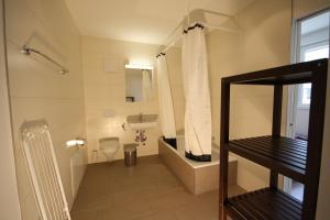 Ein Badezimmer in der Unterkunft HITrental Badenerstrasse Apartments