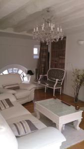 A seating area at Magnifique Appartement dans Hôtel Particulier Monument Historique