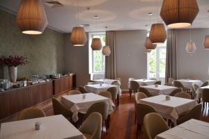 Um restaurante ou outro lugar para comer em Hotel do Parque
