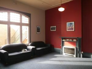 A seating area at Launceston Backpackers
